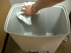 ごみ箱を洗う